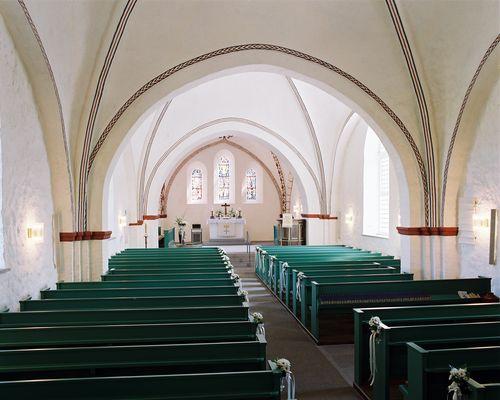 Die Innenansicht der Kirche von der Chorempore mit Blick zum Altarraum.
