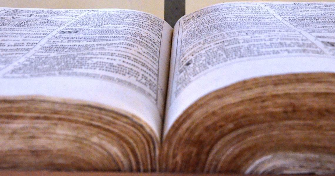 Die aufgeschlagene Bibel am Altar.