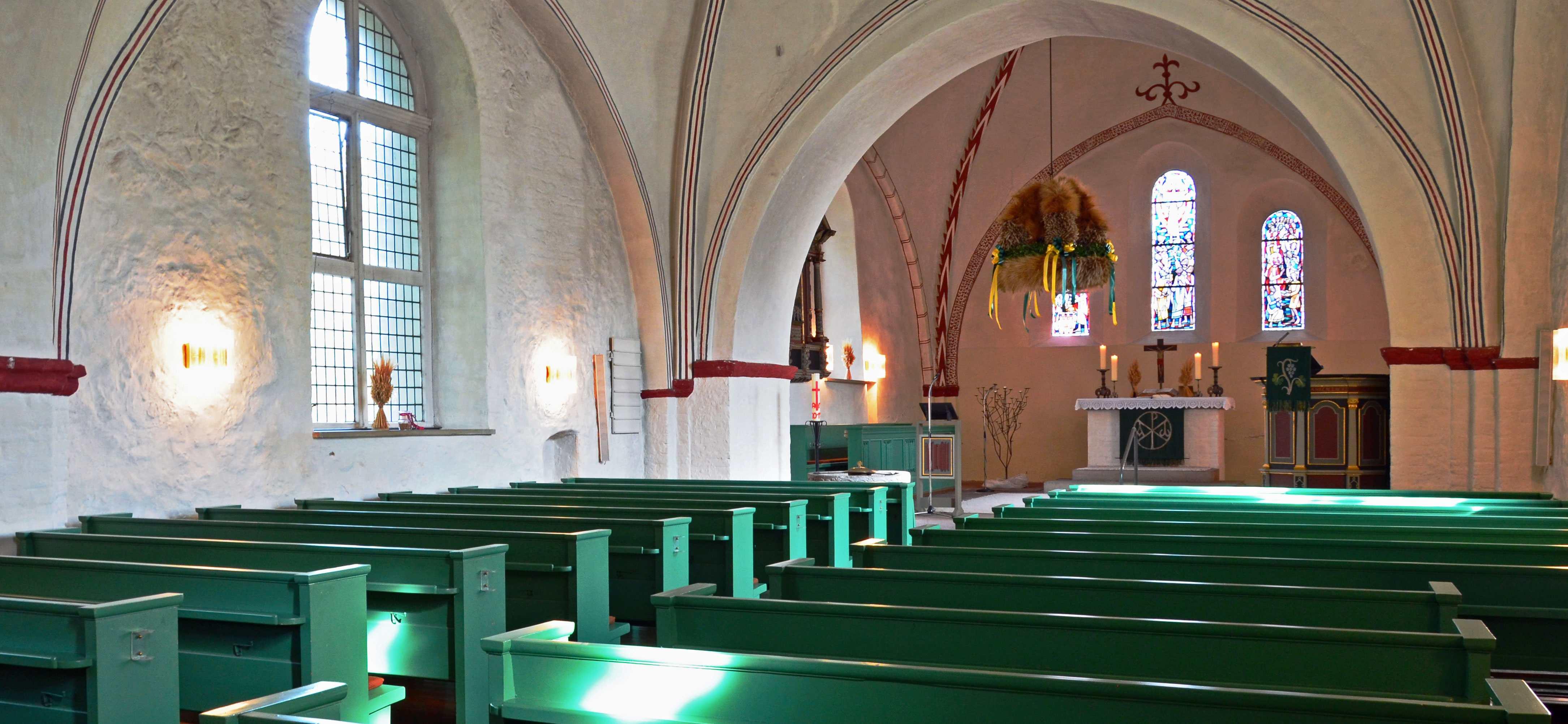 Die Innenansicht der Kirche vom Mitteleingang mit Blick zum Altarraum.