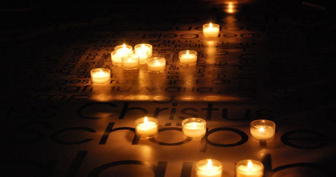 Kerzen auf Wörtern des Glaubensbekenntnisses