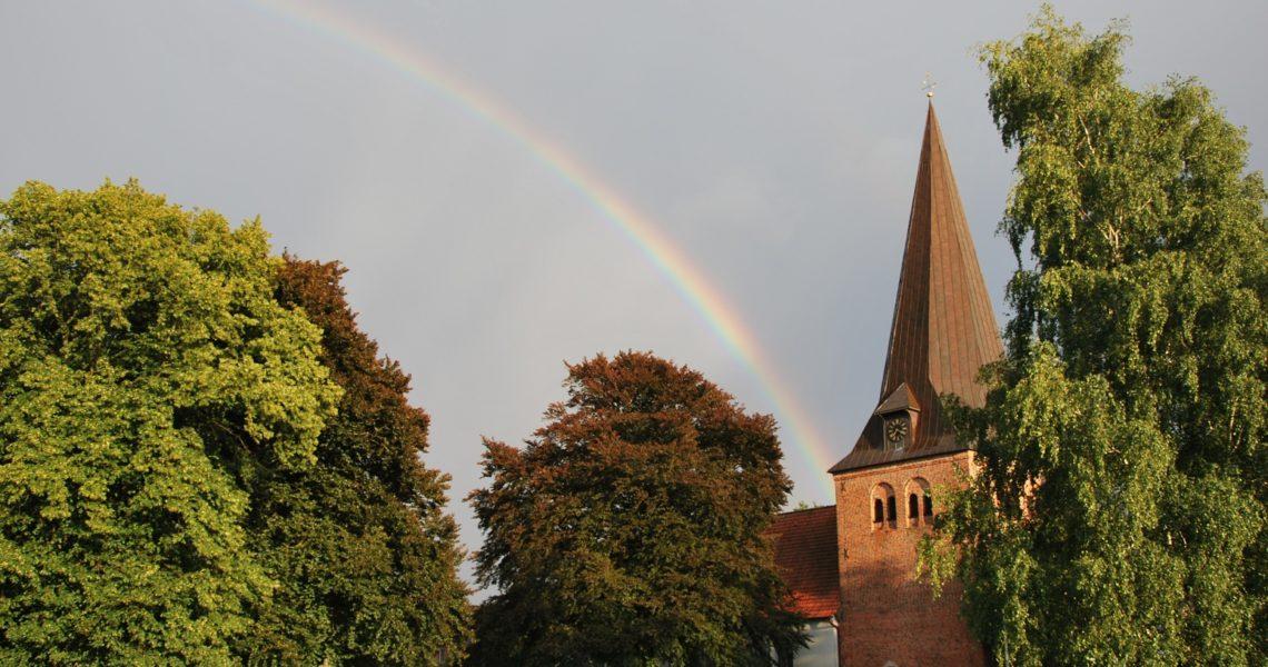 Die Kirche und ein Regenbogen.