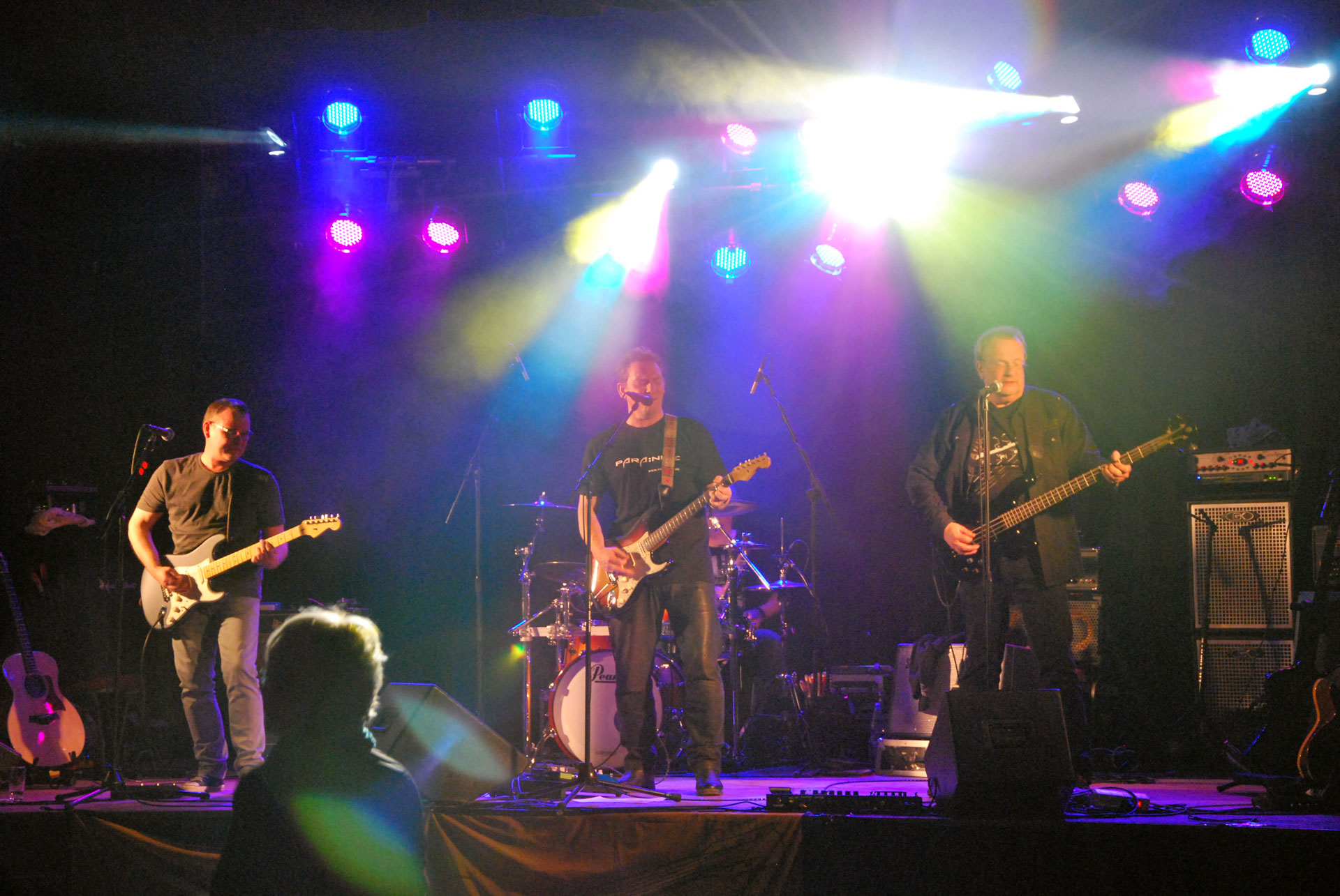 Eine Band tritt bei Rock4Ghana auf.