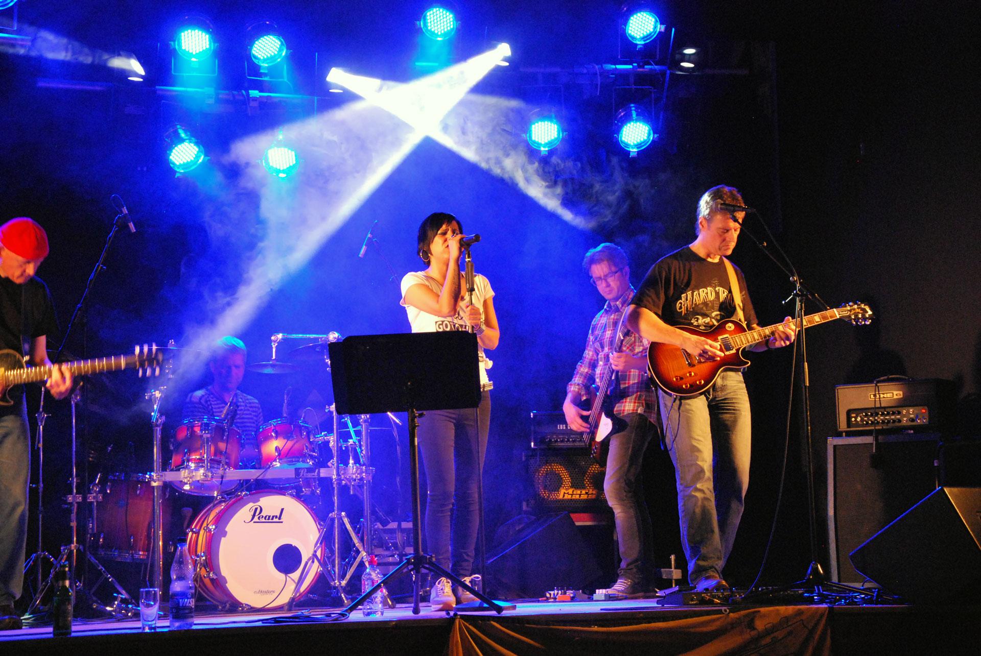 Sängerin, Gitarrist, Bassist und Schlagzeuger bei einem Auftritt bei Rock4Ghana.