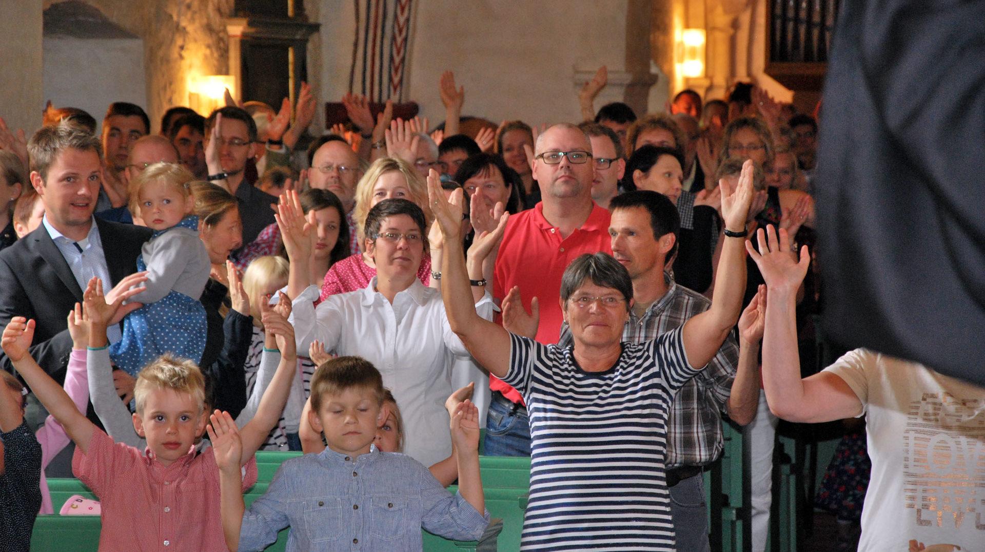 Die Gemeinde macht beim Kinderkirchentag Bewegungen mit.