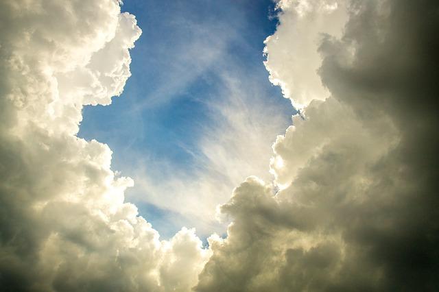 Aufbrechende Wolken und blauer Himmel.