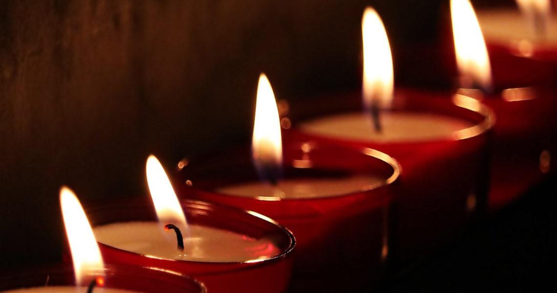 Symbolbild mit brennenden Teelichtern.