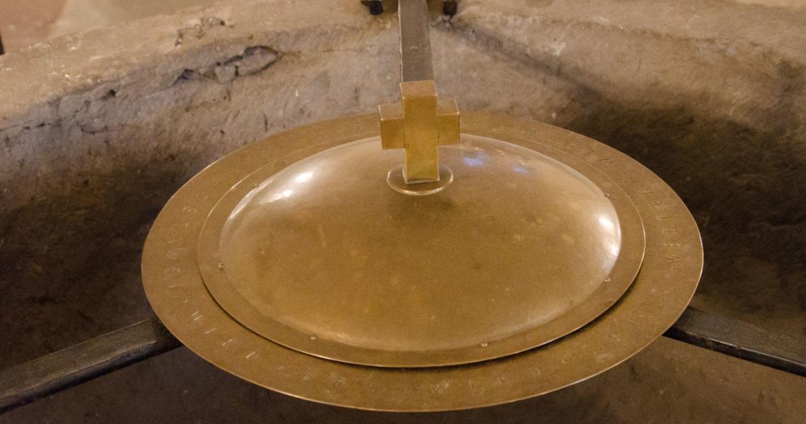 Die Taufschale im Taufbecken in der Michaels-Kirche.