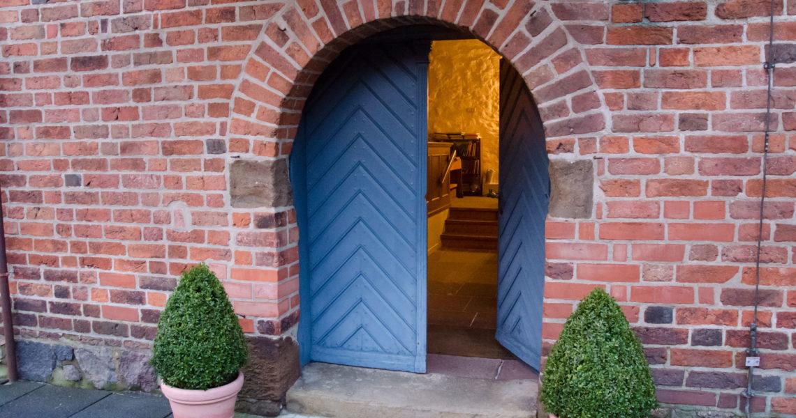 Die offene Kirchentür.