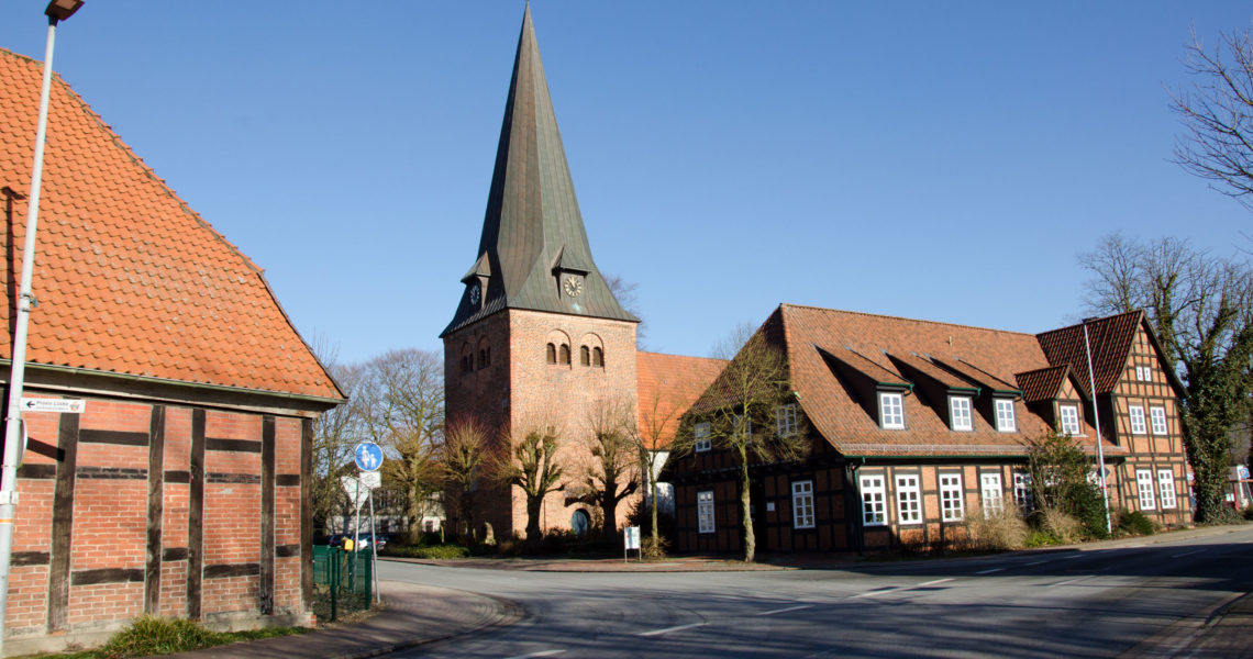 Außenansicht der Kirche mit Ärztehaus.