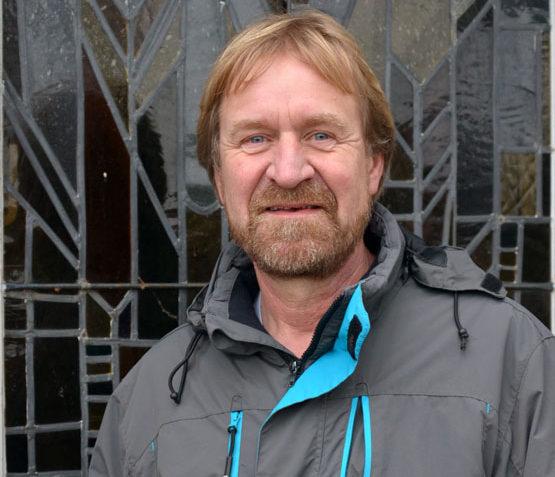 Küster und Friedhofsgärtner Friedrich Dräger vor der Friedhofskapelle