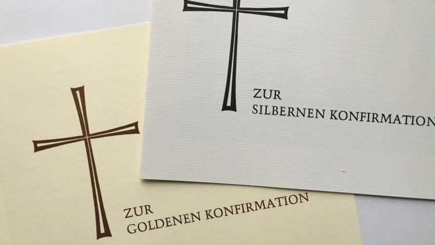 Symbolbild mit Umschlägen zur silbernen und goldenen Konfirmation.