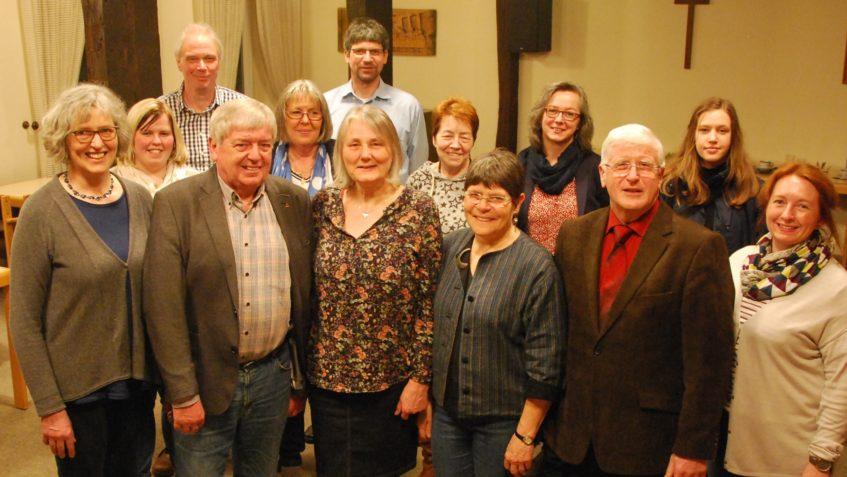 Abgebildet sind der neue Kirchenvorstand mit Pastorin Katja Hermsmeyer sowie im Hintergrund die Wahlhelfer, die die Kirchenvorstandswahl an diesem Tag unterstützt haben.