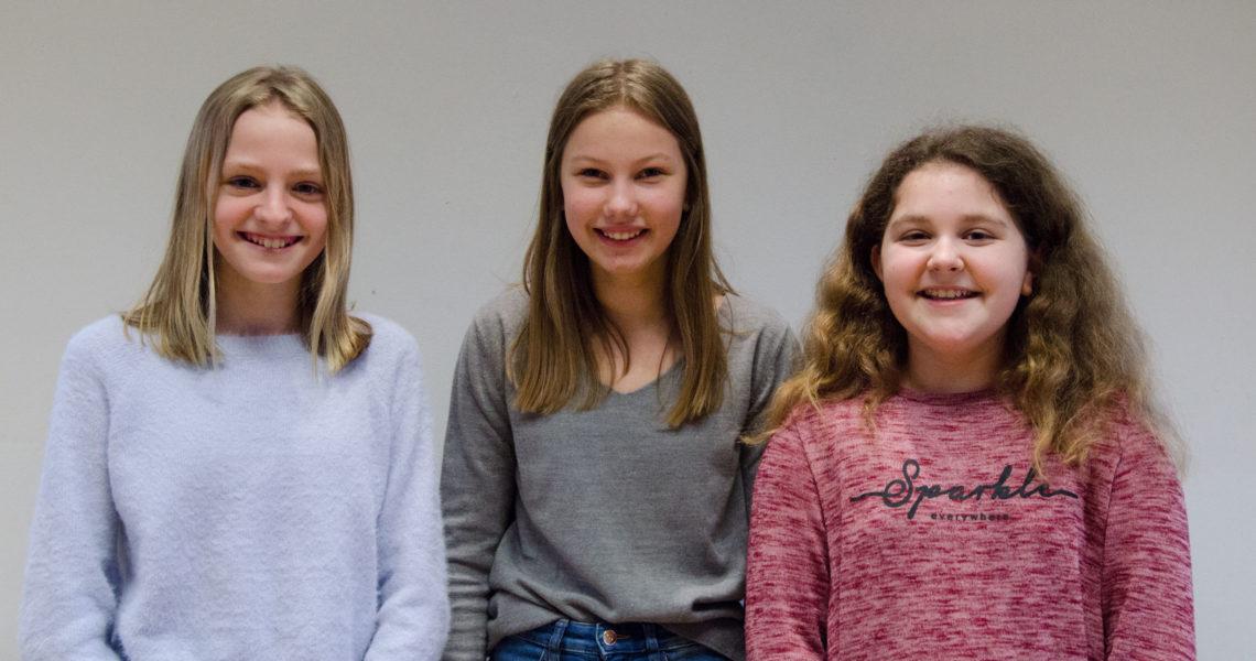 """Die Konfirmandinnen Finja, Kiana und Timea, die den Kurs """"Online-Redakteur"""" gewählt haben."""