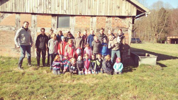 Zu sehen ist die Kinderkirche samt Teamern auf einem Gruppenbild nach dem Ausflug.